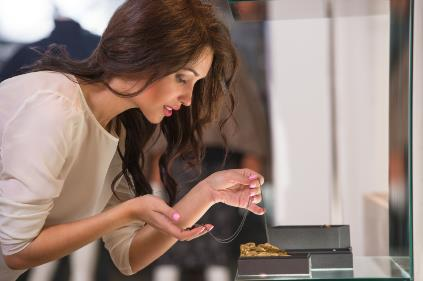 Body_Language_Cues_What_Retail_Jewelry_Customers_Are_Really_Thinking